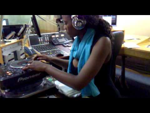 Dj Warona-(female Dj) Motsweding Fm-mixing- Kalawa Jazmee Professor-ex video