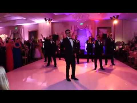 Marido sorprende en la boda bailando para la novia