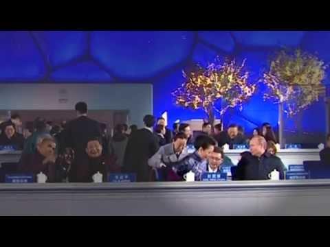 Vladimir Putin Offers Shawl to China's First Lady Peng Liyuan