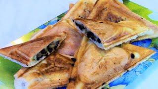 Треугольники с грибами - вкусная выпечка , приготовленная в мультипекаре REDMOND .