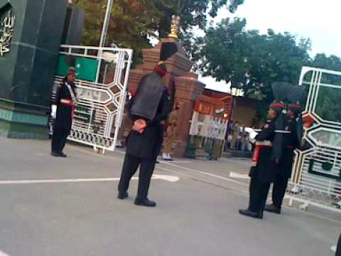 Indian Soldier Embarrassed By Pakistan Rangers At Latest Wagah Border Flag Ceremony video