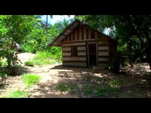 Justin Martin maakt deel uit van een groep jongens en meisjes,die in de grote vakantie van 2011 een bezoek brengen aan een saramaccaans dorp te boven Surinam...