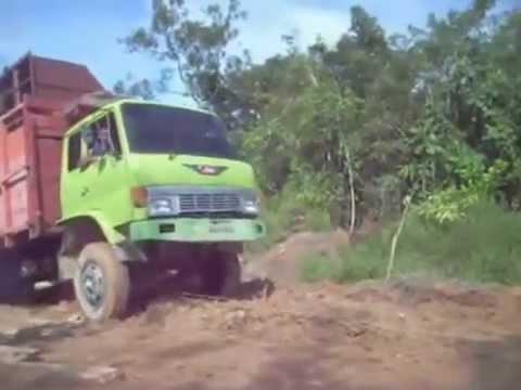 Video Lucu Ketika Ban Mobil Truk Terlepas (Koplak!!!)