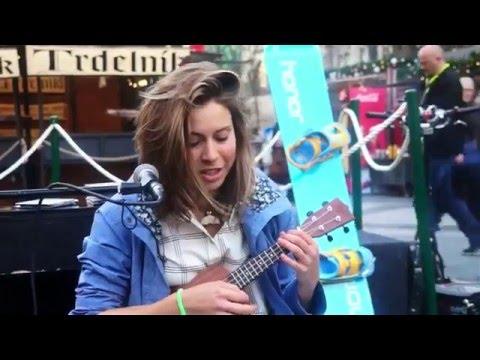 Eva Samková hraje na ukulele na Václaváku
