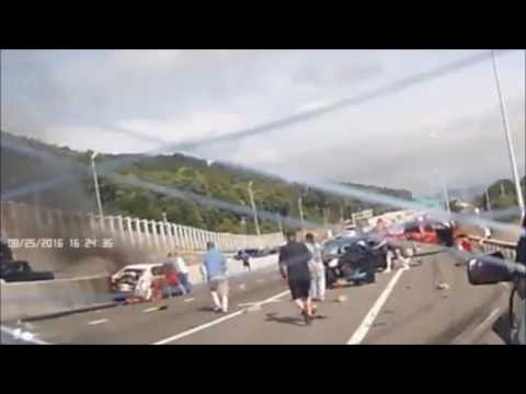 Espectacular rescate de una mujer después de un múltiple choque