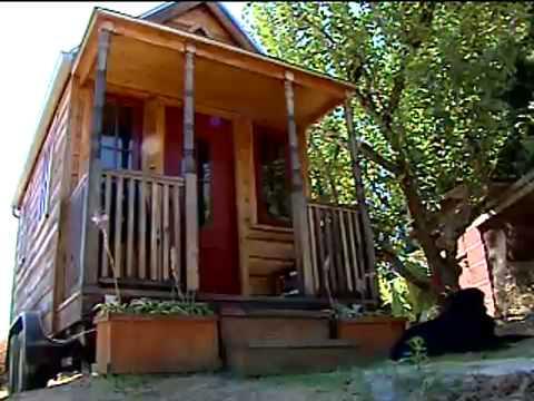 Pequena casa sobre rodas lan a estilo de vida simples for Casas minimalistas pequenas