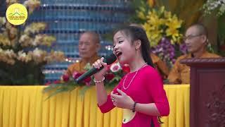 Mong cha mẹ được an vui .Bé Tú Thanh hát tại đại lễ chúc thọ chùa Ba Vàng .