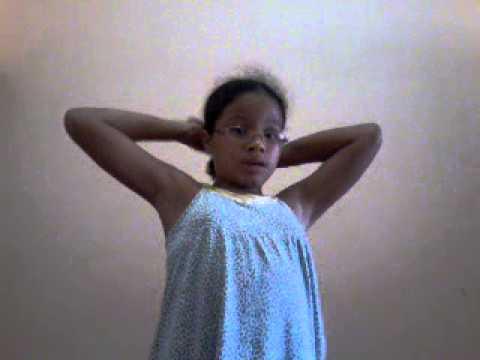 Menina canta Frozen em português lindo.