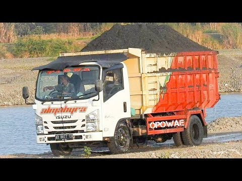 Overloaded Dump Truck Isuzu ELF NMR 71 HD 125PS