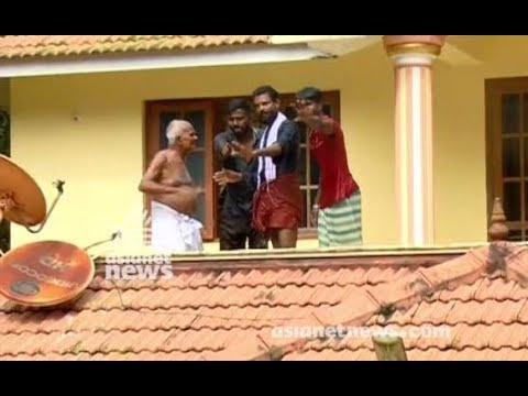 Kerala Floods : old couples not cooperating with rescue team
