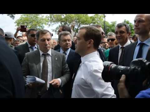 Медведев крымским пенсионерам  ДЕНЕГ НЕТ, НО ВЫ ДЕРЖИТЕСЬ!