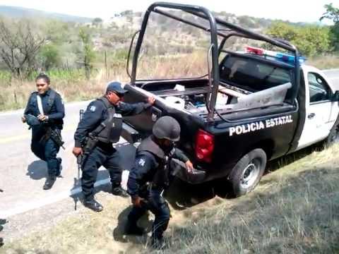 Policías empujan unidad descompuesta para acudir al enfrentamiento en Tonalá