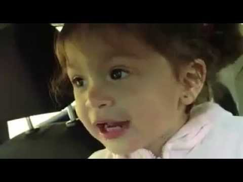 Adéle-t éneklő 1 éves kislány