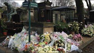 La tombe de France Gall enfouie sous les fleurs