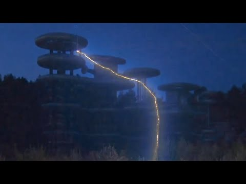 'Tesla Tower' video: Futuristic high voltage machine in lightning action near Moscow