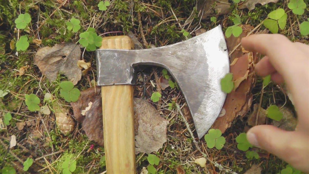 Почему при рубке дров топор не слетает с топорища