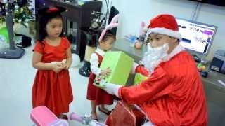 Nho được ông già Noel tặng quà màu xanh chuối