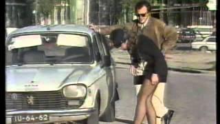 Apanhados - Polícia de mini-saia a ver pneus do carro
