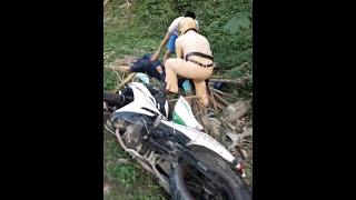 Csgt dí xe vi phạm ngã ngựa