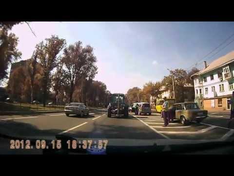 Трактор развалился прямо на дороге