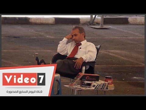 بالفيديو.. شاهد «نوم» بائع متجول أمام بضاعته بجراج الترجمان