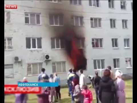 Мама спасает из огня своих детей