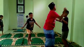 Anak pesantren di masjid berantem