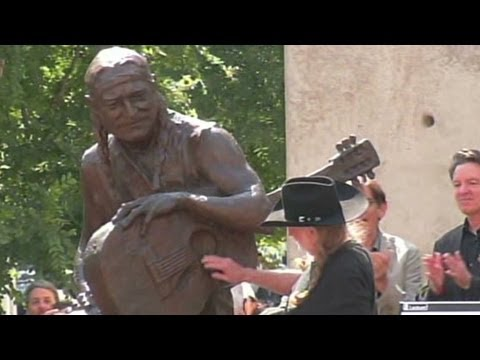 Willie Nelson statue unveiled on 4/20