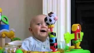 Baby schrikt en schiet in de lach als zijn moeder haar neus snuit!