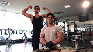 Mr.world  Arnold biceps pose