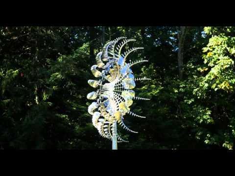奇抜なデザインのオブジェが不思議なアート作品