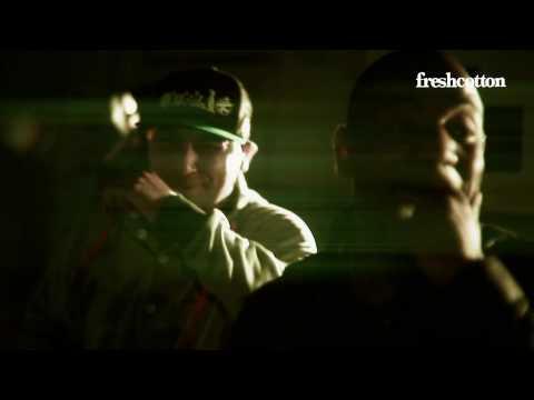 Download het nummer gratis hier: http://piks.nl/bNW Videoclip 'voor de straat' een track met Hef, Winne, Jiggy Djé, Willy (Opposites), Diego Biseswar & Mitchel Burgzorg. In deze clip: Rocky,...