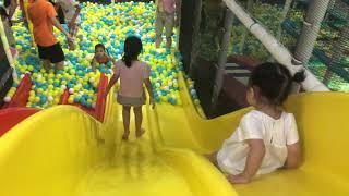 Suri chơi cầu trượt Vincom NCT 30/6/2018