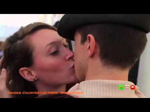 Un bacio d'arrivederci: il flash mob ispirato ad Hayez ad Expo Milano 2015 - www.HTO.TV