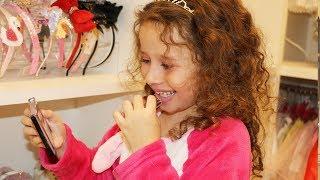 Valentina e brinquedos de menina e brincando com maquiagem