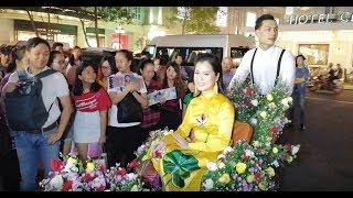 Lâm Vỹ Dạ ngồi xích lô đầy hoa 'chặt đẹp' dàn nghệ sĩ đi dự giải thưởng Mai Vàng 2018