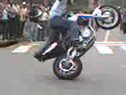 un pana levantando caballito en moto