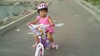 Bé tập đi xe đạp trẻ em