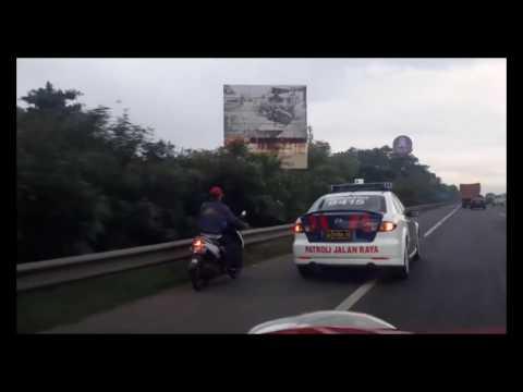 Aksi polisi kejar motor yang masuk jalan tol....Seru!!