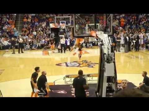 Joven pasa por el aro de basquetball, man dunked.