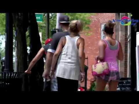 Thủ dâm giữa đường phố đông người