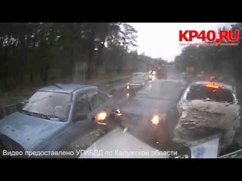МАЗ, груженый бетонными опорами, снес 7 авто в Калуге