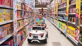 Voy a la Jugueteria en un Carro de Juguete - Juguetes vs Ami