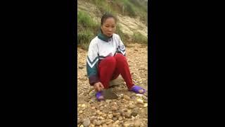 Nghe cô ấy kể về đứa cháu đào được viên đá đỏ trị giá 141 triệu