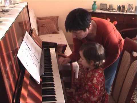 Zuzia Gra Na Pianinie