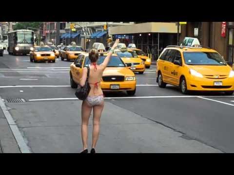 голая девушка ловит такси. naked girl catches a taxi