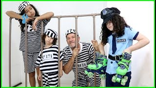 Kids pretend play with POLICE costume - Lara finge brincar de policial e prende o vovô!