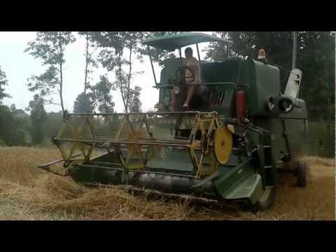 John Deere 630 žitni kombajn še zmeri dela ko Švicarska urca