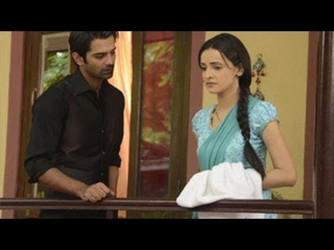 Arnav PUTS Khushi & Family IN A CHAWL in Iss Pyaar Ko Kya Namm Doon 31st July 2012