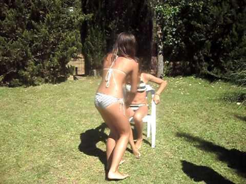 la niña repelente en la piscina .